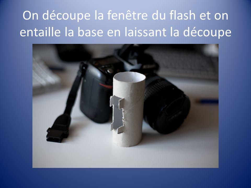 On découpe la fenêtre du flash et on entaille la base en laissant la découpe