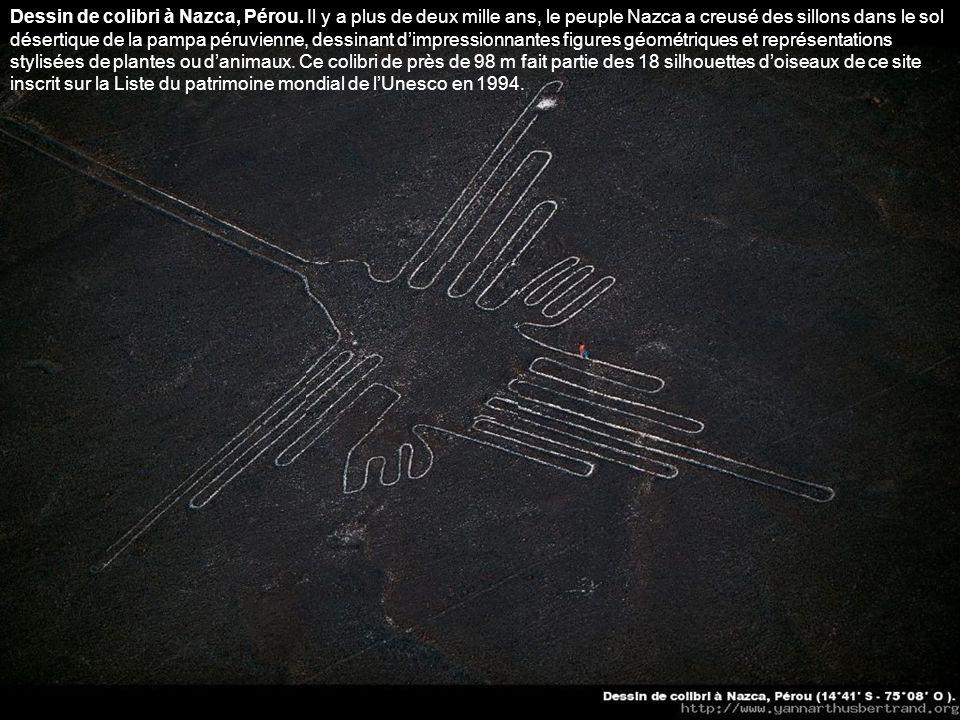Le chandelier de la péninsule de Paracas, Pérou. Ce dessin de 200 m de haut sur 60 m de large gravé dans une falaise, sur la côte péruvienne, serait,