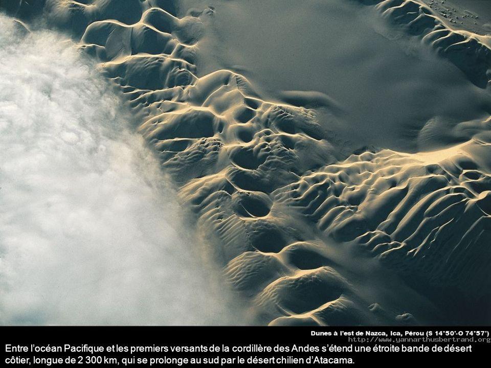 Entre locéan Pacifique et les premiers versants de la cordillère des Andes sétend une étroite bande de désert côtier, longue de 2 300 km, qui se prolonge au sud par le désert chilien dAtacama.