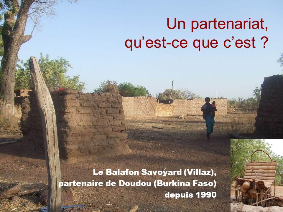 Doudou, 3200 habitants À 300 km à louest de Ouagadougou, proche de la Côte dIvoire Le village sétend sur une quinzaine de kilomètres 4 ethnies regroupées chacune dans leur quartier : Bobos, Dafings, Mossis et Peuhls récolte du coton 95 % de la population est composée dagriculteurs.