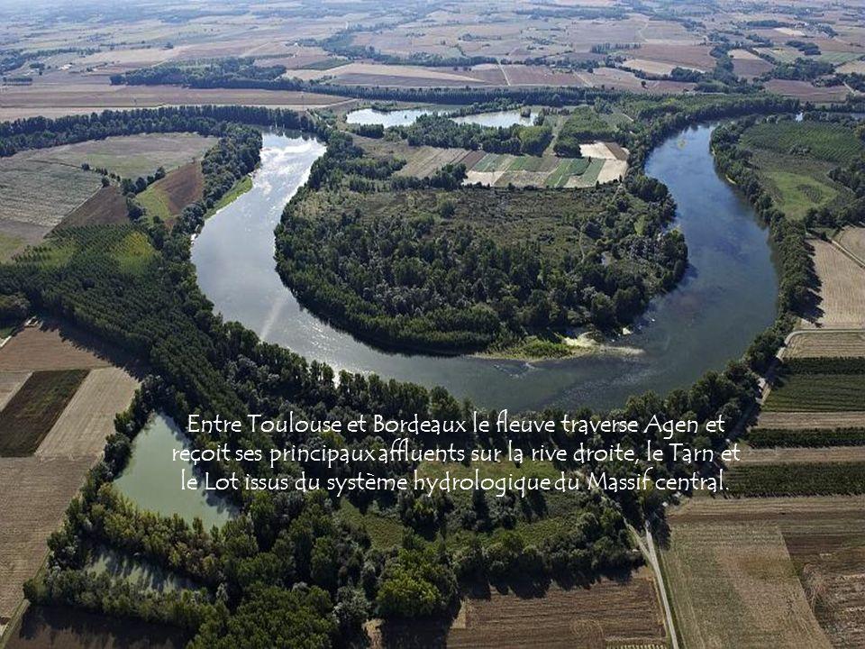 Entre Toulouse et Bordeaux le fleuve traverse Agen et reçoit ses principaux affluents sur la rive droite, le Tarn et le Lot issus du système hydrologique du Massif central.
