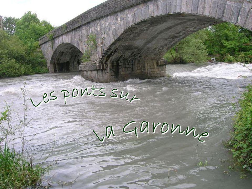 À son embouchure, peu après Bordeaux, au Bec d'Ambés, elle rejoint la Dordogne pour former l'estuaire de la Gironde, le plus vaste de France.