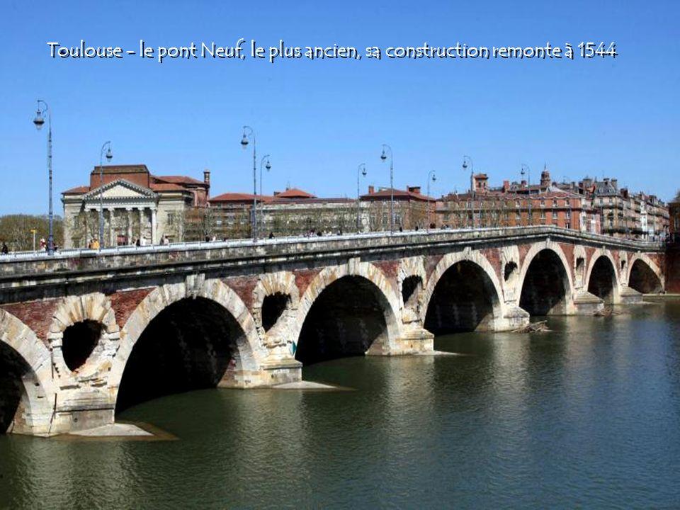 Toulouse - le pont Neuf, le plus ancien, sa construction remonte à 1544