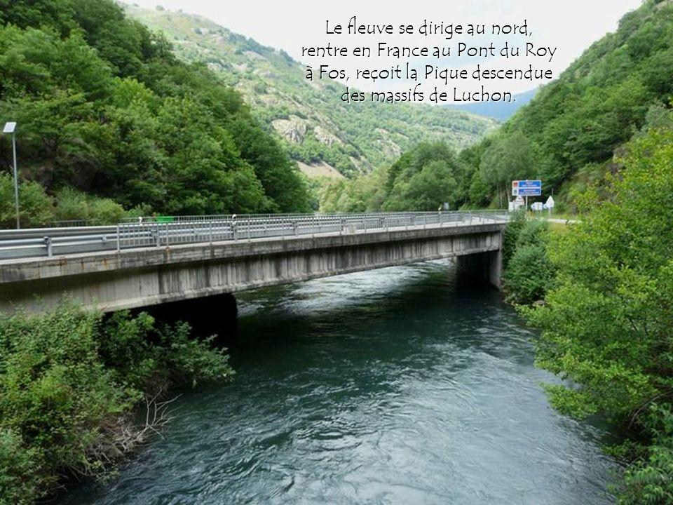Le fleuve se dirige au nord, rentre en France au Pont du Roy à Fos, reçoit la Pique descendue des massifs de Luchon.