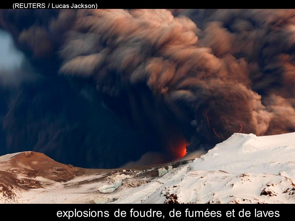 le cratère du volcan crache les particules de lave et lon observe lintense activité du feu de la terre. (REUTERS / Lucas Jackson)