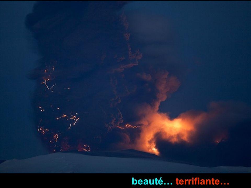La foudre et le mouvement flou et turbulent des cendres apparaissent détaillées dans cette photo dexposition de 15 secondes. (© Olivier Vandeginste)Ol