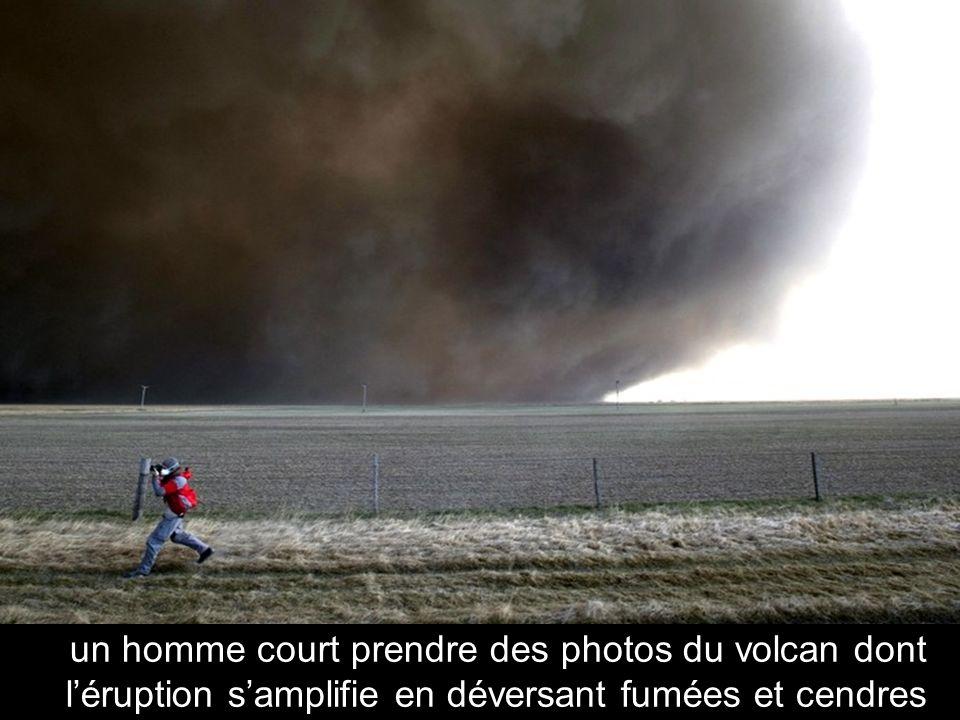 La fumée s'élève en formant une muraille épaisse et dangereuse du volcan Eyjafjallajökull (KOLBEINS HALLDOR / AFP / Getty Images)