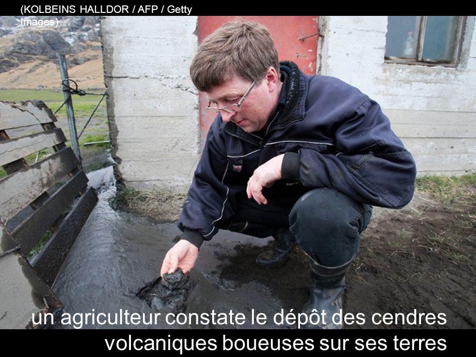 une équipe de secours aide les propriétaires terriens à éliminer la cendre volcanique d'un toit (KOLBEINS HALLDOR / AFP / Getty Images)