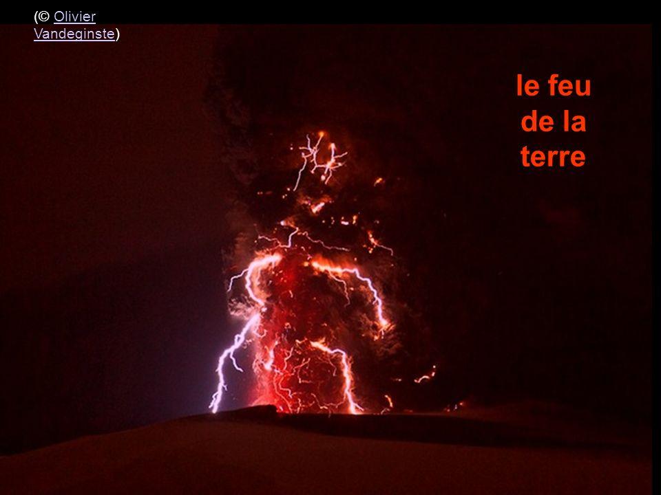 les éclats de foudre et de lave incandescente éclairent les parties du massif (© Olivier Vandeginste)Olivier Vandeginste