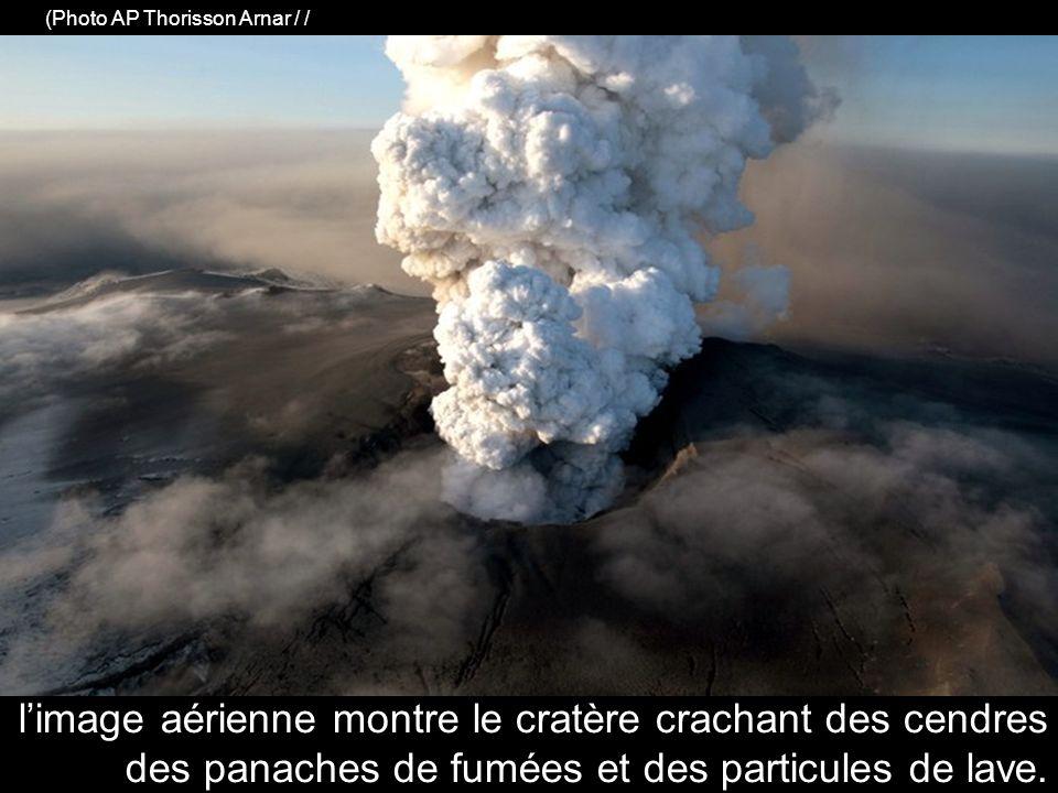 limage aérienne montre le cratère crachant des cendres des panaches de fumées et des particules de lave.