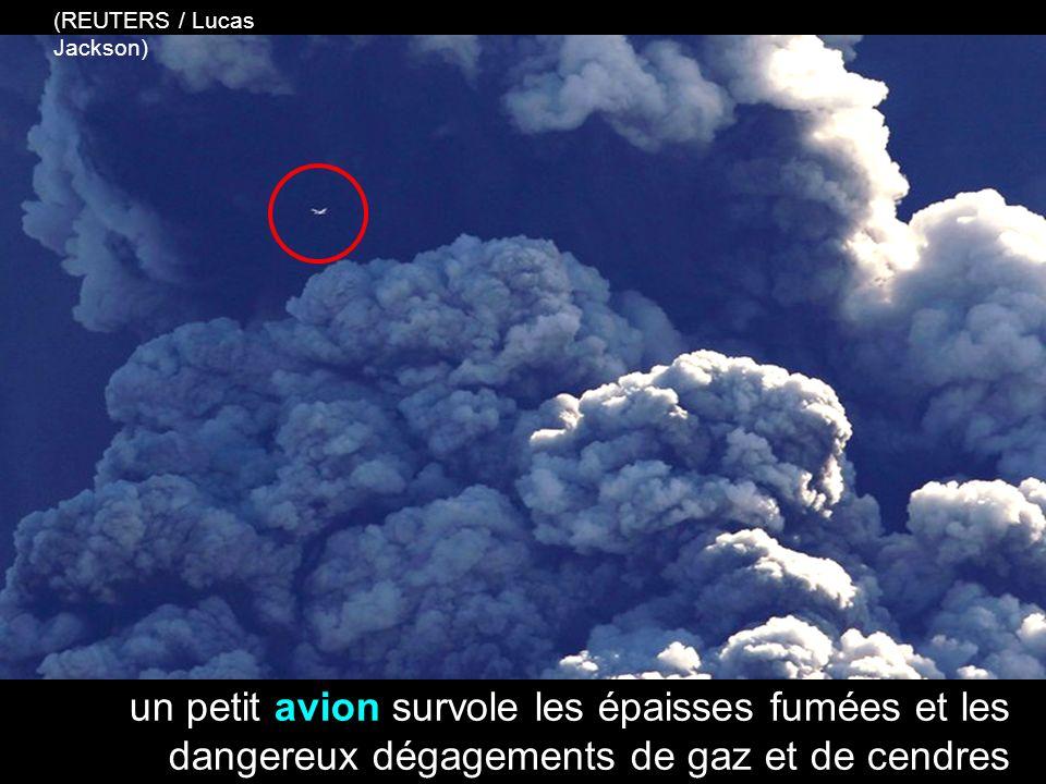 un petit avion survole les épaisses fumées et les dangereux dégagements de gaz et de cendres (REUTERS / Lucas Jackson)