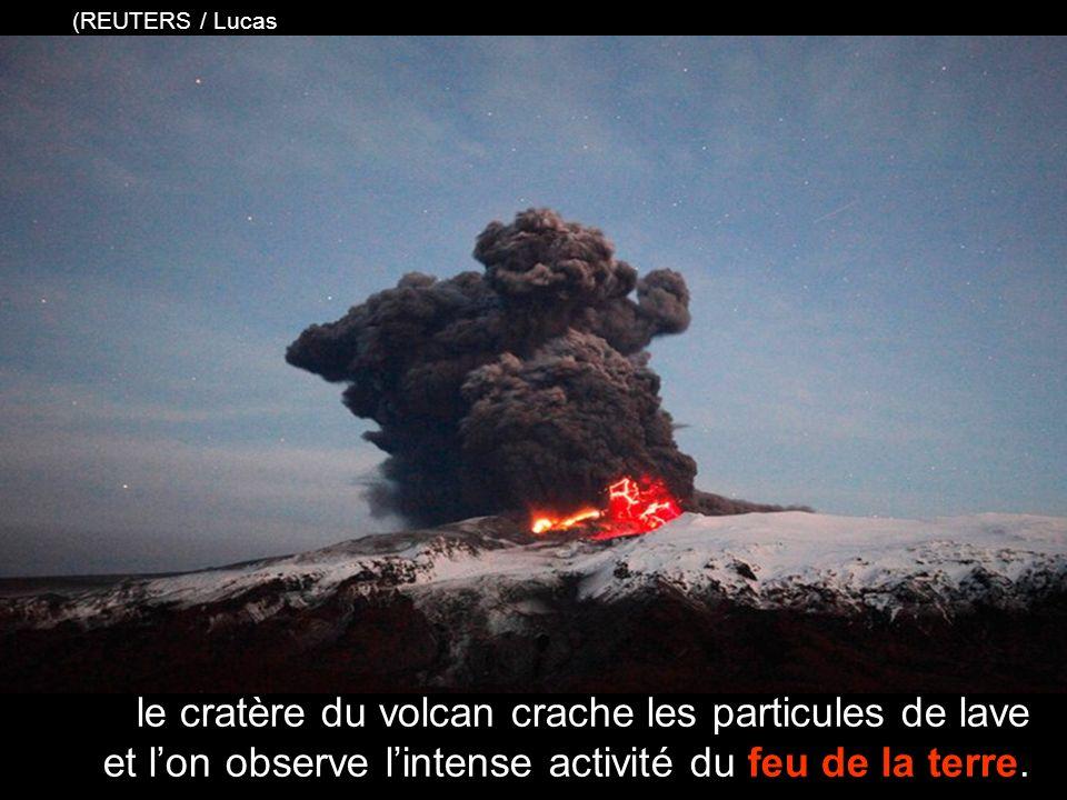 le cratère du volcan crache les particules de lave et lon observe lintense activité du feu de la terre.