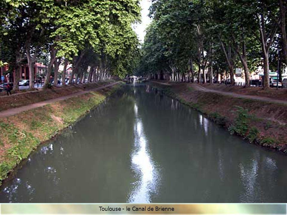 Ecluse du port de Négra avec ses bajoyers arrondis caractéristiques du Canal du Midi