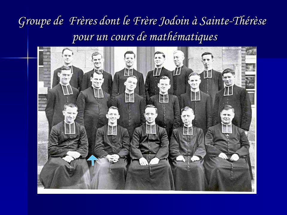 Groupe de Frères dont le Frère Jodoin à Sainte-Thérèse pour un cours de mathématiques Groupe de Frères dont le Frère Jodoin à Sainte-Thérèse pour un cours de mathématiques