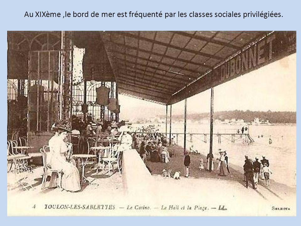 Au XIXème,le bord de mer est fréquenté par les classes sociales privilégiées.