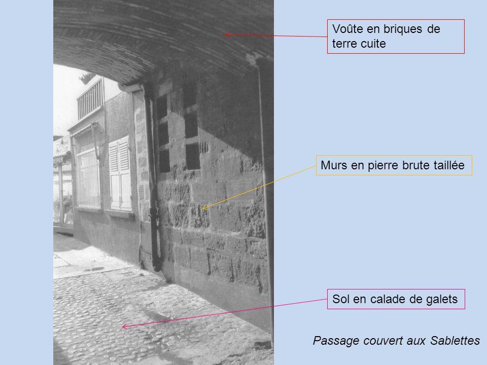 Voûte en briques de terre cuite Murs en pierre brute taillée Sol en calade de galets Passage couvert aux Sablettes