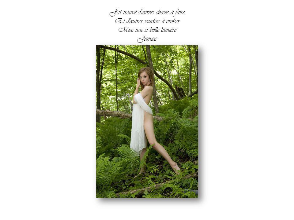 Tout s'est envolé dans l'espace Le sourire, la robe, l'arbre et l'échelle A la vitesse où le temps passe Rien, rien n'efface l'essentiel