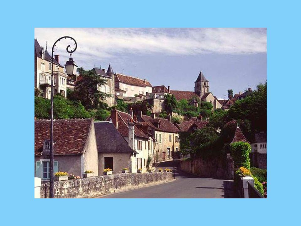 A 20 kilomètres au sud de La Roche-Posay vous devez visiter le village d Angles sur l Anglin, un des « Plus beaux villages de France » et en particulier voir le Centre d interprétation de la frise magdalénienne « Le Roc aux sorciers » et les magnifiques ruines d un château médiéval.
