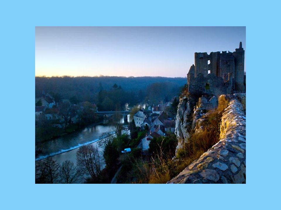 Construit au 11 ème siècle au sommet d une falaise abrupte, l imposant château qui domine de ses 48 m la vallée de l Anglin, témoigne d un passé historique mouvementé et empreint de violents assauts.