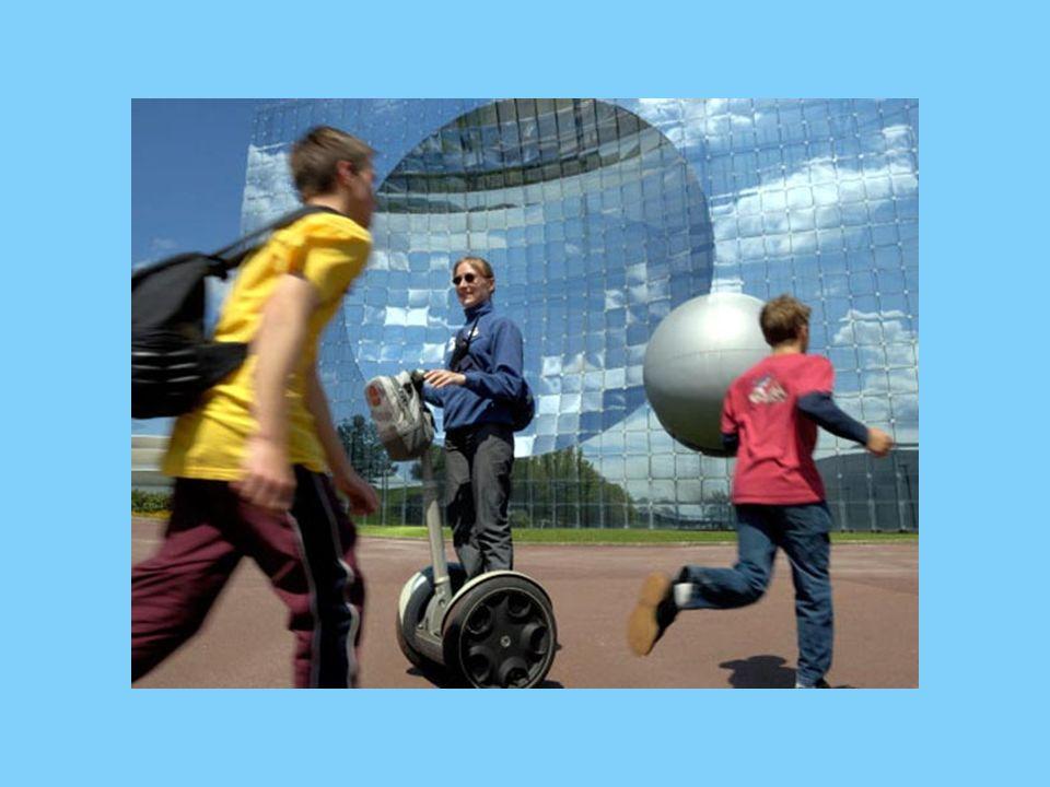 Depuis 20 ans le Parc du Futuroscope (à la sortie de Poitiers) offre des sensations fortes, des images en grand format, des spectacles éblouissants, des aventures interactives et sensorielles...