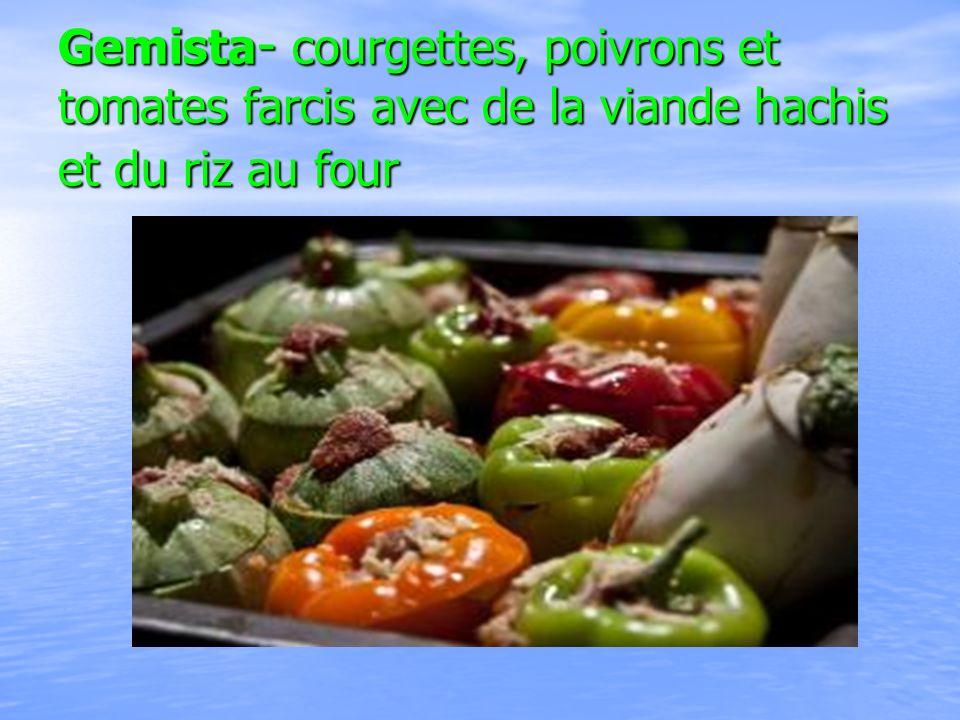 Gemista - courgettes, poivrons et tomates farcis avec de la viande hachis et du riz au four