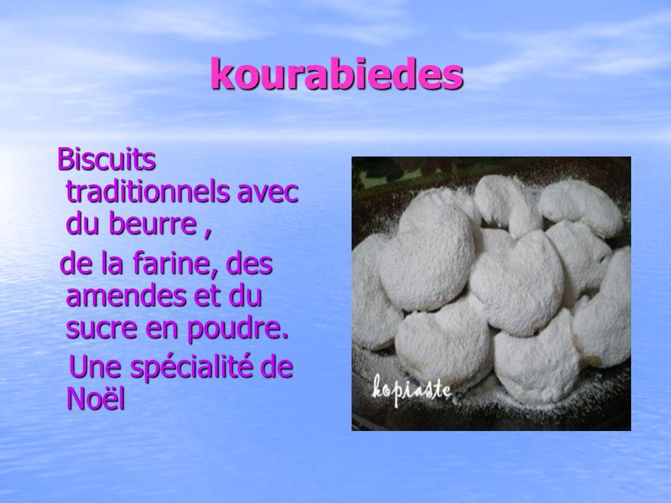 kourabiedes Biscuits traditionnels avec du beurre, Biscuits traditionnels avec du beurre, de la farine, des amendes et du sucre en poudre. de la farin