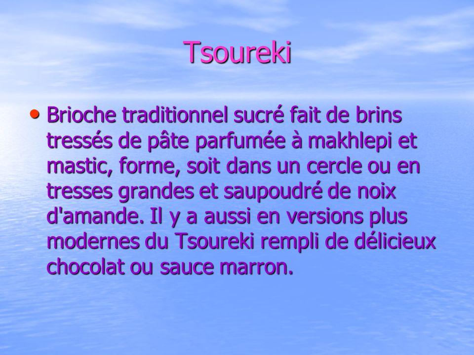 Tsoureki Brioche traditionnel sucré fait de brins tressés de pâte parfumée à makhlepi et mastic, forme, soit dans un cercle ou en tresses grandes et s