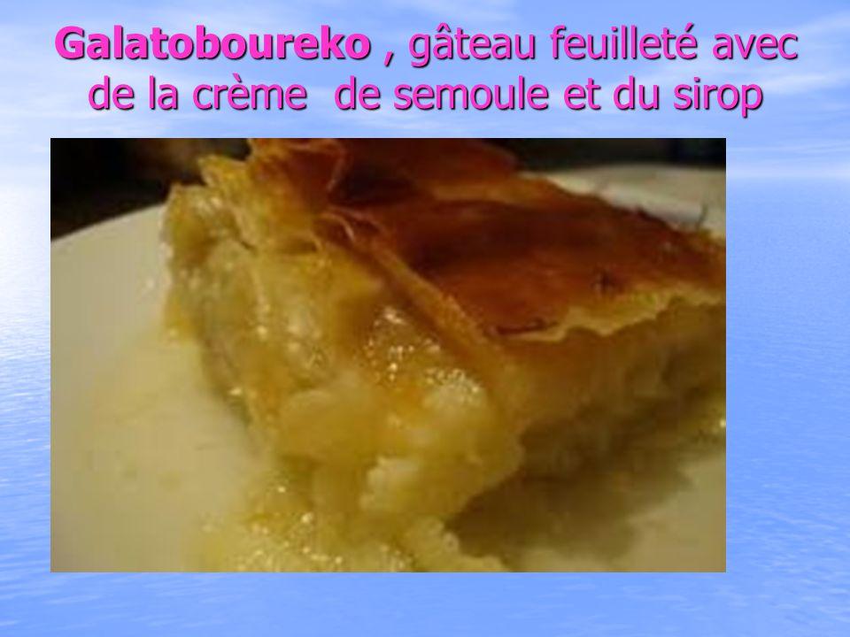 Galatoboureko, gâteau feuilleté avec de la crème de semoule et du sirop