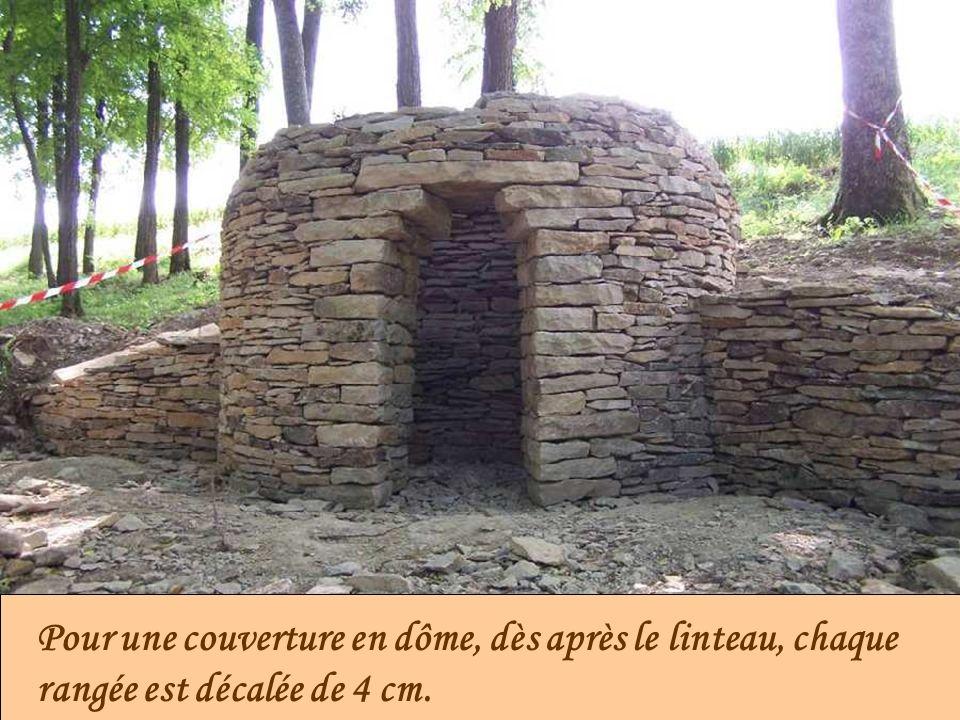 Pour une couverture en dôme, dès après le linteau, chaque rangée est décalée de 4 cm.