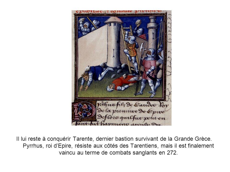 Il lui reste à conquérir Tarente, dernier bastion survivant de la Grande Grèce. Pyrrhus, roi dEpire, résiste aux côtés des Tarentiens, mais il est fin