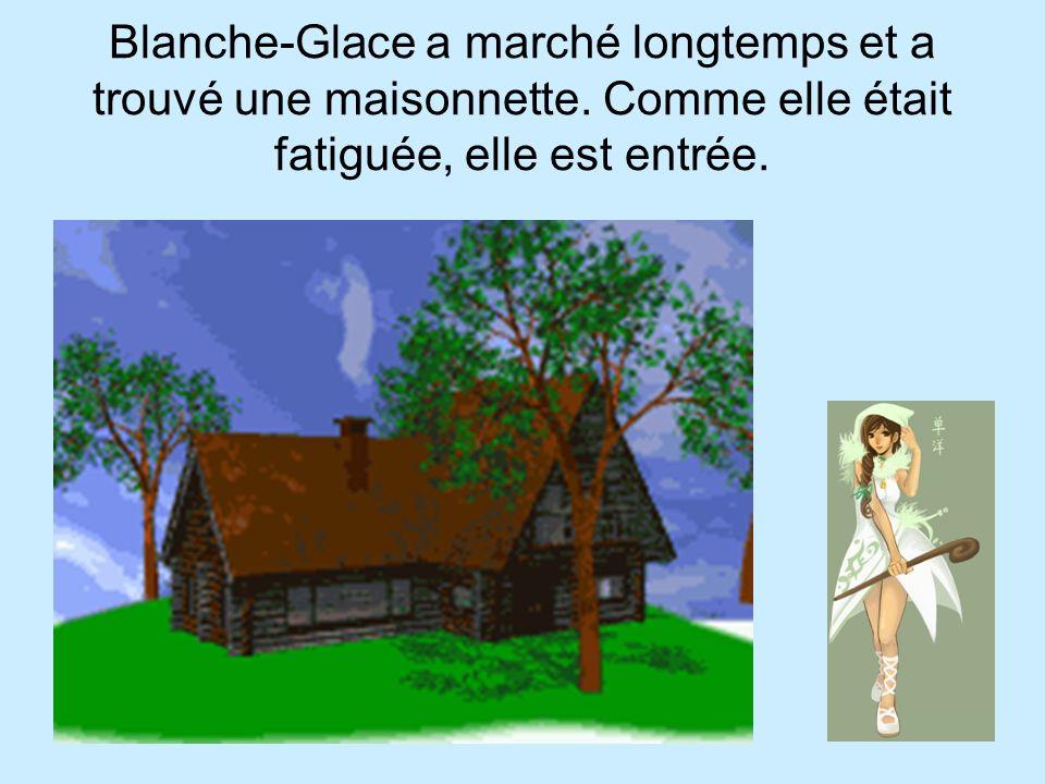 Blanche-Glace a marché longtemps et a trouvé une maisonnette. Comme elle était fatiguée, elle est entrée.
