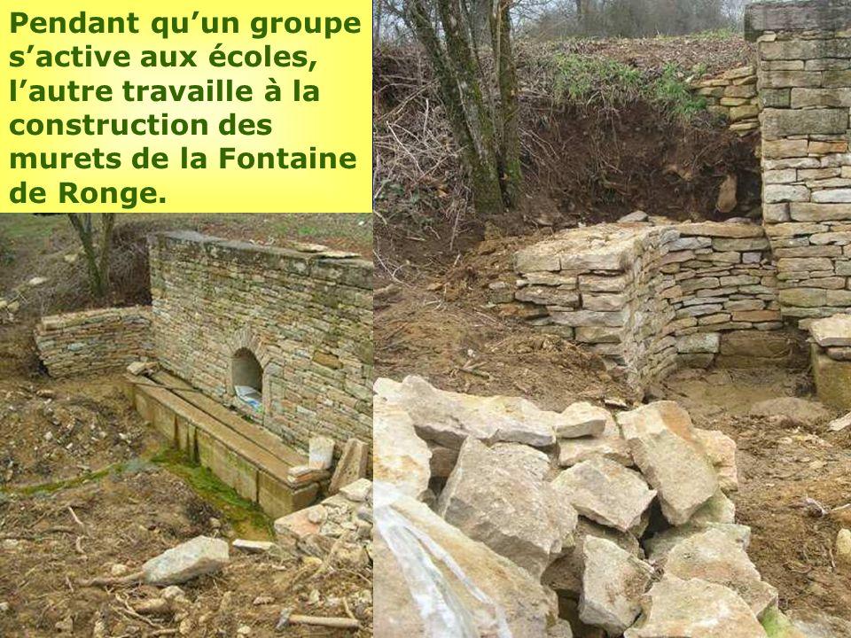 Pendant quun groupe sactive aux écoles, lautre travaille à la construction des murets de la Fontaine de Ronge.