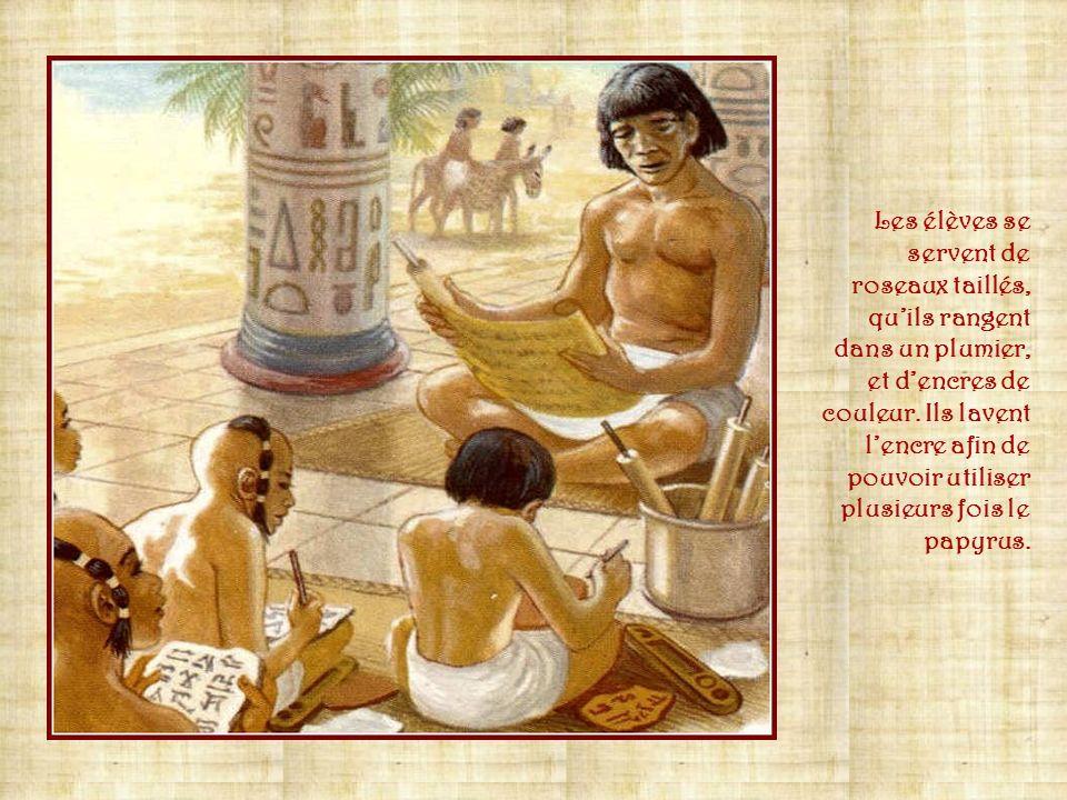 Lécriture fait partie des traces les plus importantes qui nous restent du monde égyptien antique. Celui qui maitrise lécriture est un scribe; cest un