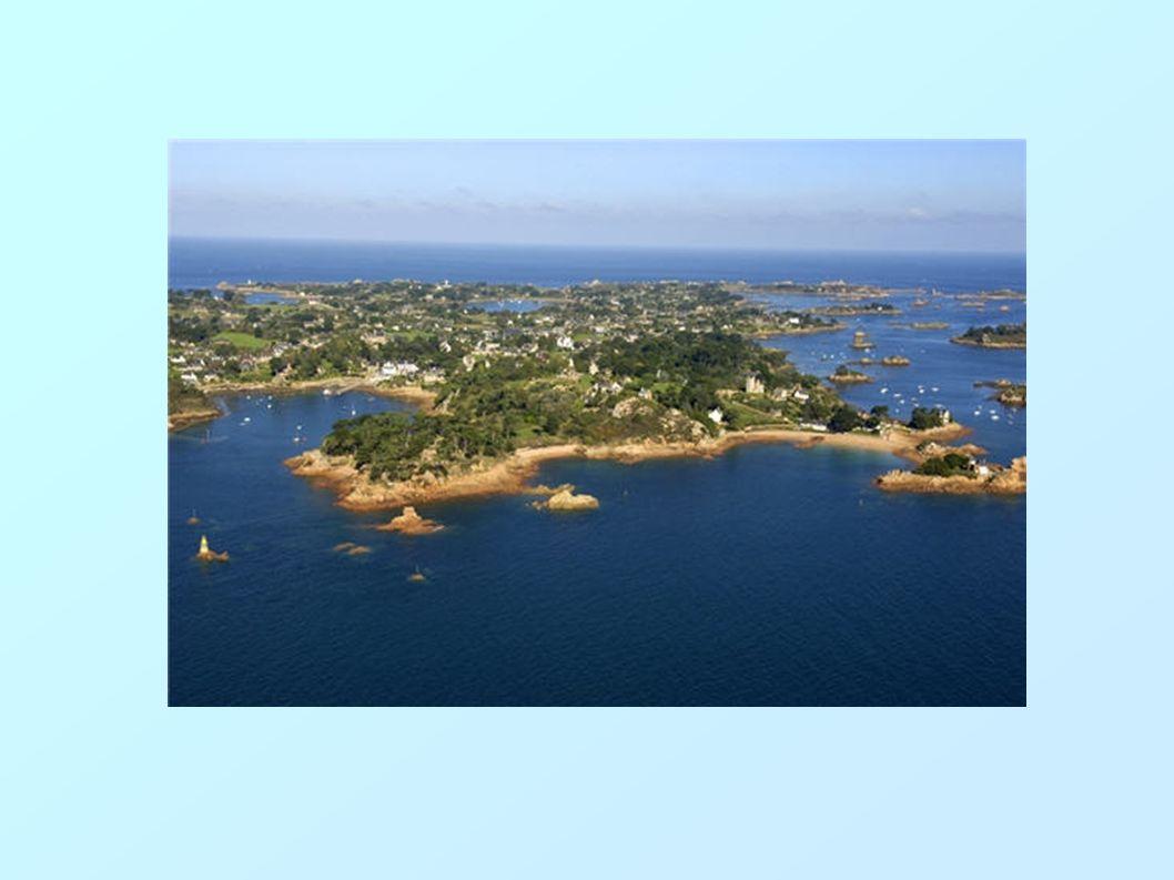 L'archipel et lîle de Bréhat (Enezeg hag enez Vrihad ) « Lîle aux fleurs » est certainement le surnom qui sied le mieux à ce bijou blotti au milieu d'