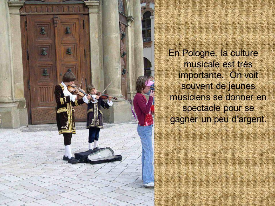 En Pologne, la culture musicale est très importante. On voit souvent de jeunes musiciens se donner en spectacle pour se gagner un peu dargent.