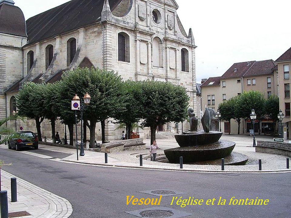 Vesoul léglise et la fontaine