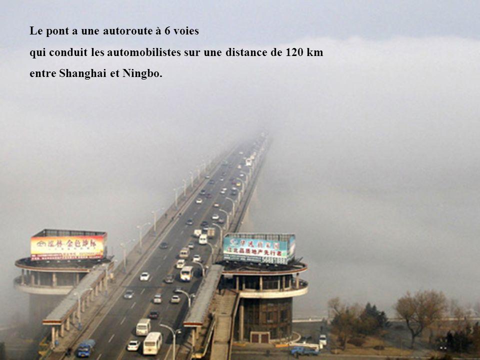13 Le pont a une autoroute à 6 voies qui conduit les automobilistes sur une distance de 120 km entre Shanghai et Ningbo.