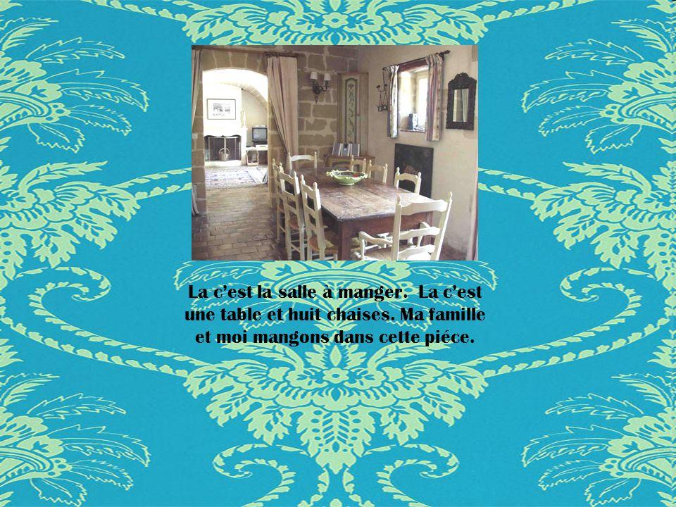 La cest la salle à manger.La cest une table et huit chaises.