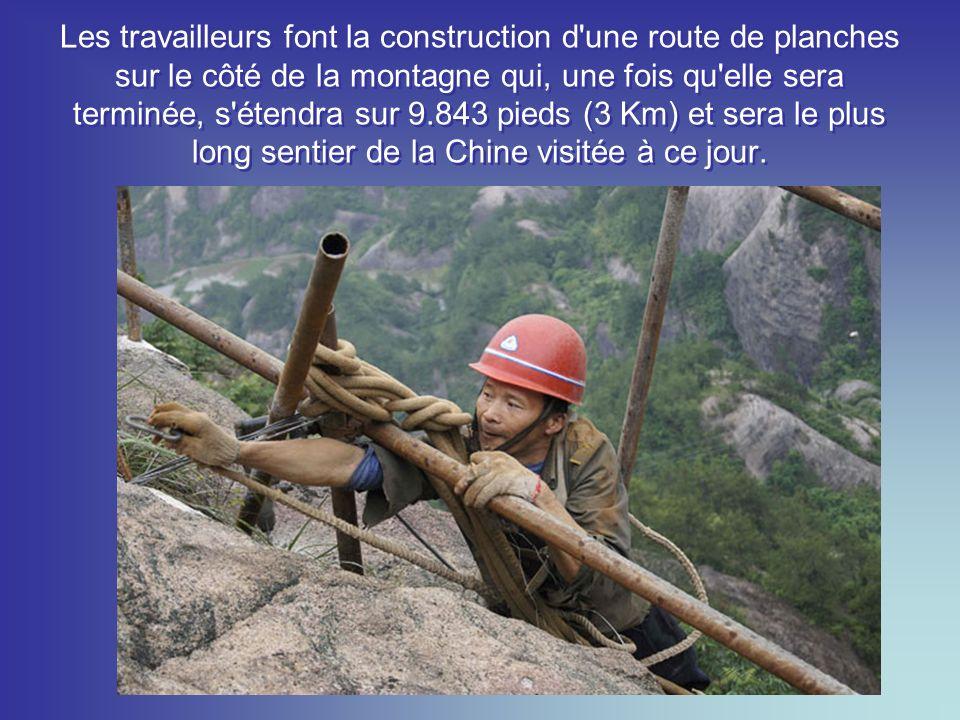 Yu Ji, 48 ans (ci-dessous) est l un de ces travailleurs qui a travaillé sur de hautes falaises de construction sur ces routes de planches, durant plus de 10 ans.