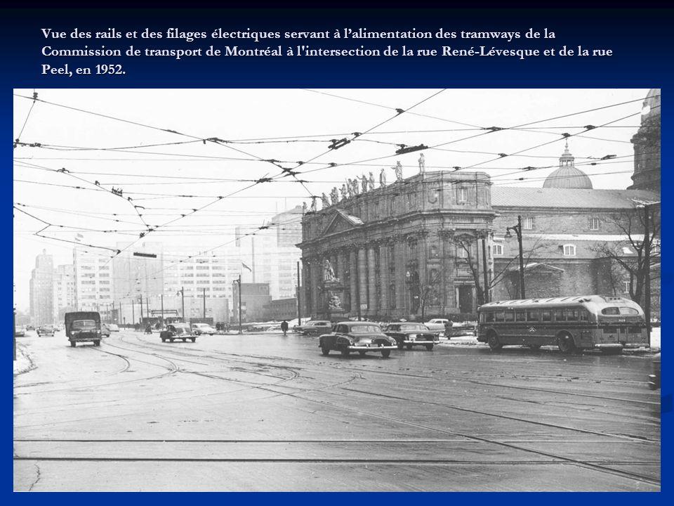 Tramway électrique fermé, construit en 1930 par la la Canadian Car and Foundry pour la Montreal Tramways Company, retiré en 1959 par la Commission de transport de Montréal avant dêtre entreposé et de devenir un objet de musée en 1963.