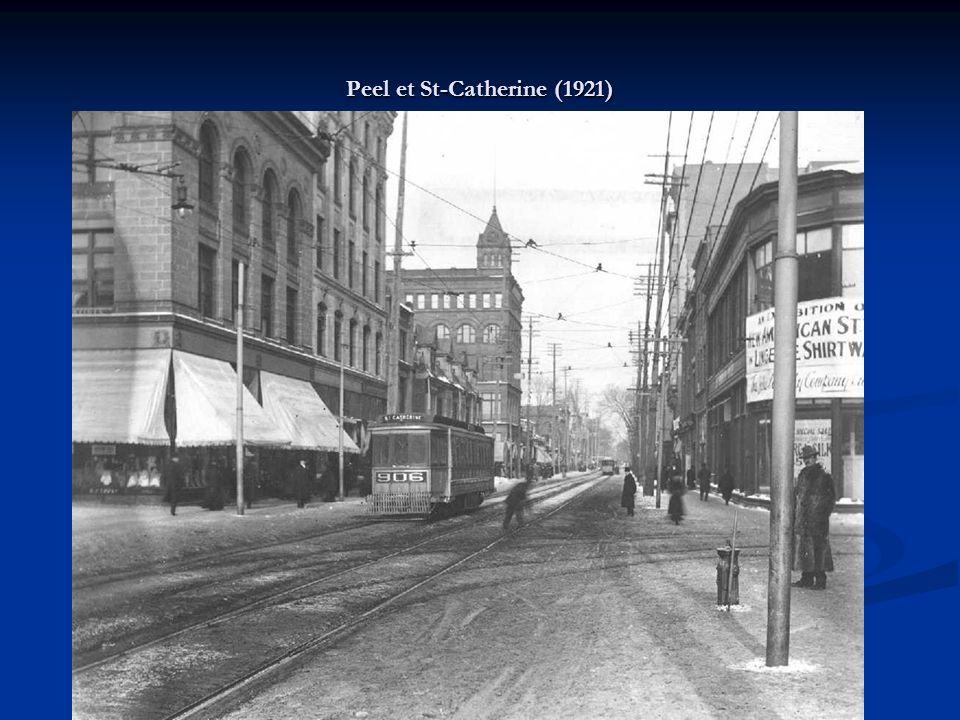 Vue des rails et des filages électriques servant à lalimentation des tramways de la Commission de transport de Montréal à l intersection de la rue René-Lévesque et de la rue Peel, en 1952.