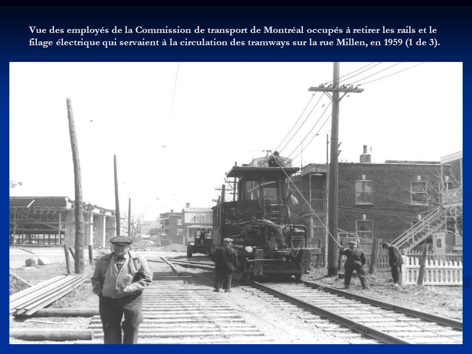 Vue de dos dun tramway de la Commission de transport de Montréal circulant vers le sud sur la rue Frontenac, entre les rues Sherbrooke et Hochelaga, le 13 juin 1952.