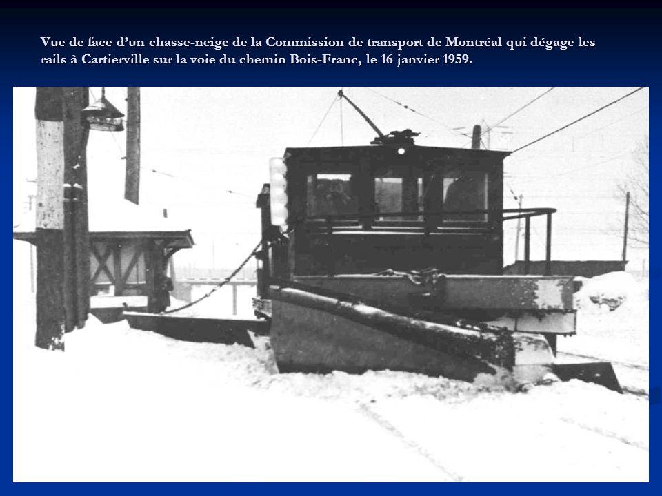 Vue de côté dun camion durgence de la Commission de transport de Montréal portant encore leffigie de la Montreal Tramways Company, en 1955.