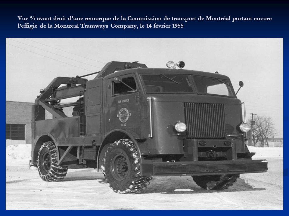 Vue de face dun chasse-neige de la Commission de transport de Montréal qui dégage les rails à Cartierville sur la voie du chemin Bois-Franc, le 16 janvier 1959.