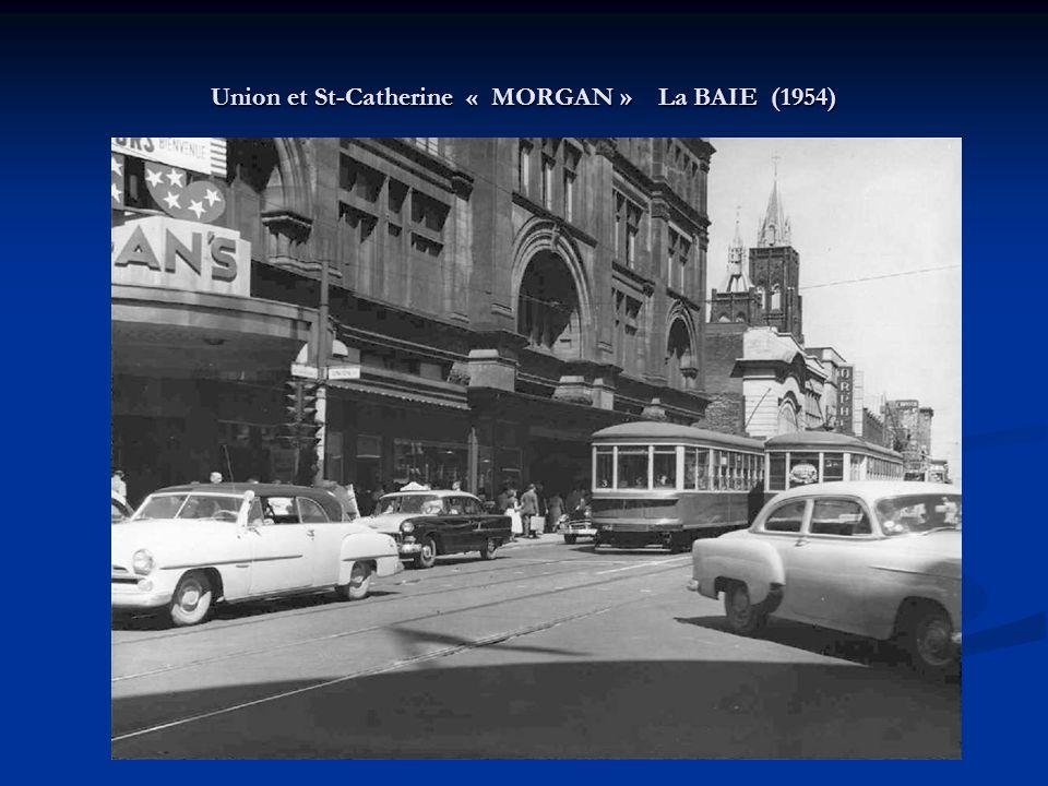 Vue du square Victoria à partir de la rue Saint-Jacques, avec à lavant-plan une voie de tramways de la Commission de transport de Montréal, en 1952 (2 de 2).