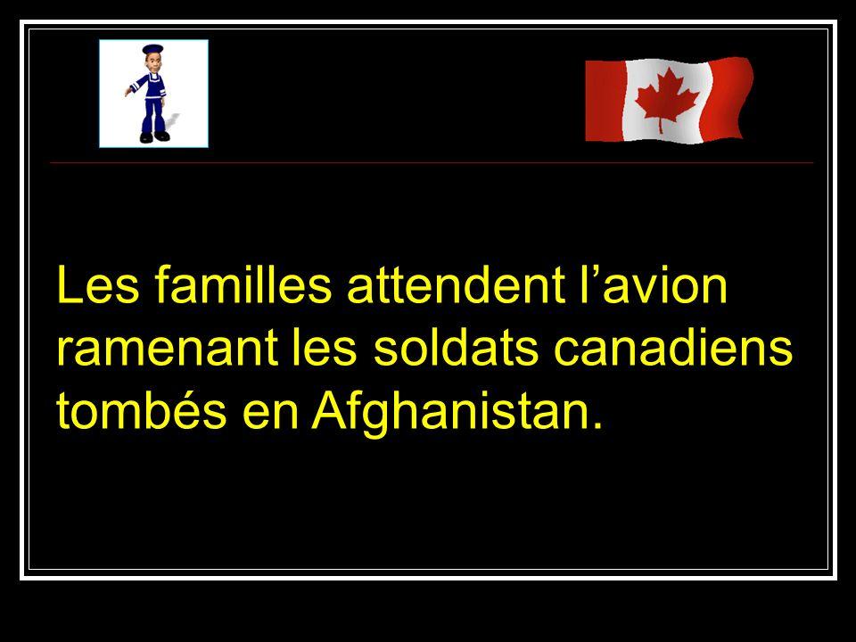 Les familles attendent lavion ramenant les soldats canadiens tombés en Afghanistan.