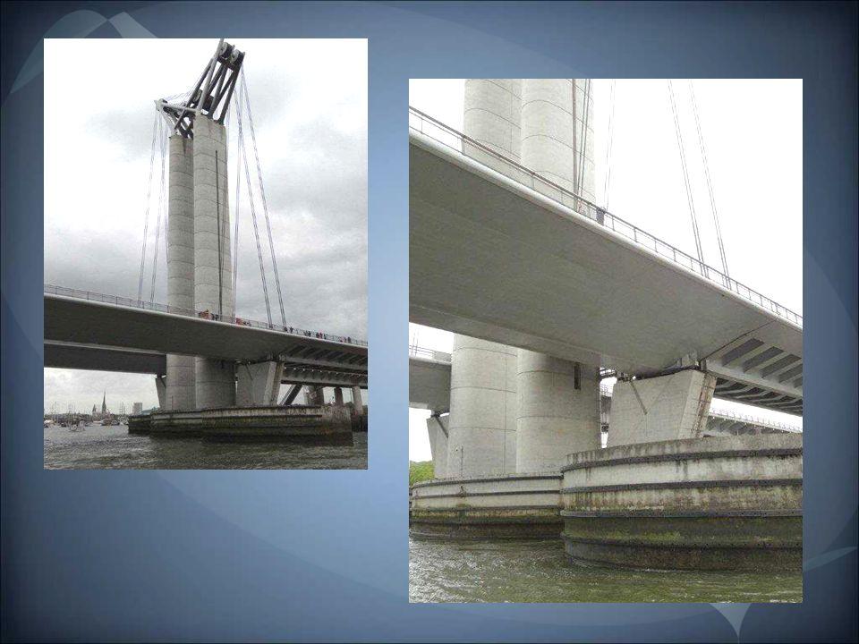 Le pont Gustave-Flaubert est un pont levant routier sur la Seine à Rouen. Il a été mis en service le 25 septembre 2008, après quatre années de travaux