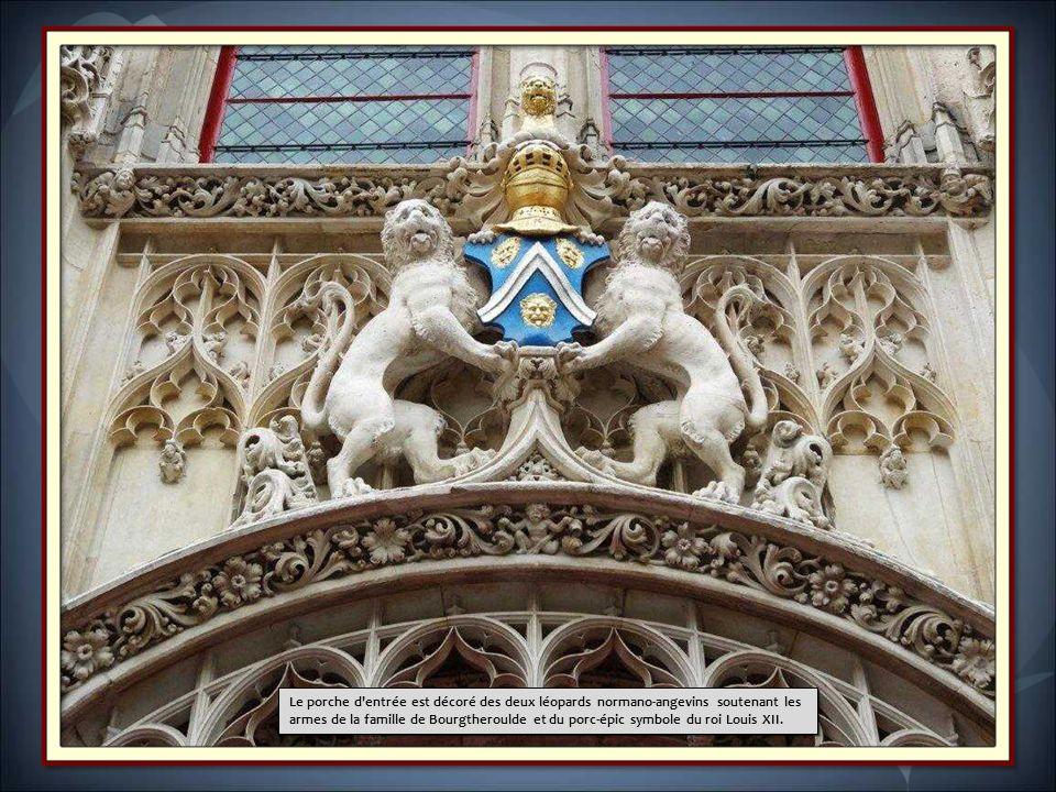 Datant du XVI e siècle, il se situe dans le centre, sur la place de la Pucelle. L'hôtel fait lobjet dun classement au titre des monuments historiques