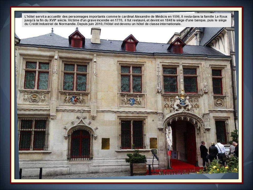 Le porche d'entrée est décoré des deux léopards normano-angevins soutenant les armes de la famille de Bourgtheroulde et du porc-épic symbole du roi Lo