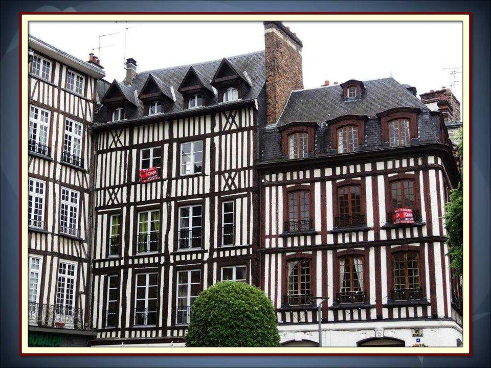 Epargné par les bombardements de la seconde guerre mondiale, le vieux quartier de Rouen est un centre-ville historique.